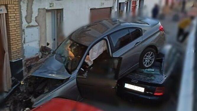 Un coche cae por el terraplén de El Viso del Alcor sobre otros vehículos aparcados / POLICÍA LOCAL